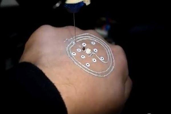 皮膚に直接電子回路を描く3Dプリンター、将来は軍事や医療に転用も可能か