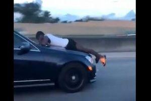 時速100キロ以上で走る車のボンネットに男性が!米の高速道で目撃される