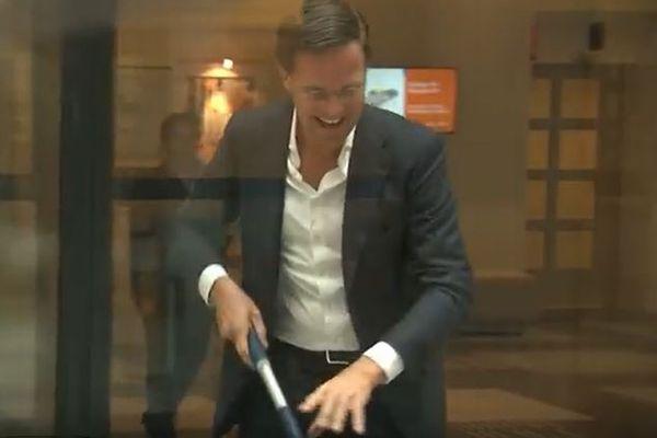 床にこぼしたコーヒーを、自らモップでお掃除するオランダ首相に賞賛の声