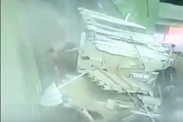 中国の観光施設で突然天井が崩落、9人がケガを負う瞬間の動画が恐ろしい