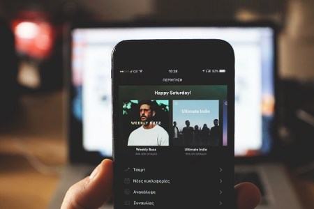 Spotifyが批判を受け、有害行為をしたアーティストの楽曲削除を撤回