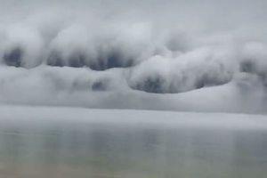 米の湖で奇妙な形をした巨大な雲の壁が出現、津波のように押し寄せる!