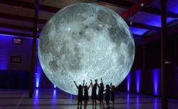 巨大な月のレプリカが消えた!輸送中に行方不明になり関係者らも困惑