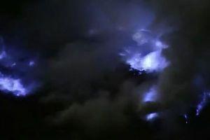 インドネシアの火山に浮かぶ「青い溶岩」、山に広がる幻想的な風景が美しい