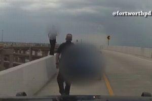 高架橋から飛び降りようとした女性を警察が説得、緊迫の動画が公開される