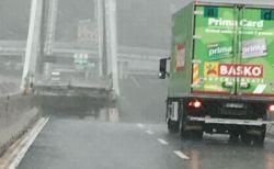 伊で高速道の橋が崩落、奇跡的に助かったトラックの写真がヒヤヒヤもの