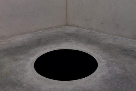 """ただのアートと思いきや本物…美術館で作品の""""穴""""に落ちてしまった男性が話題に"""