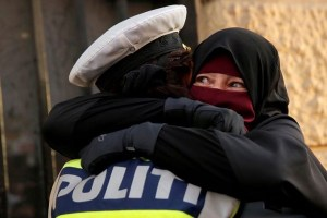 ニカーブ姿のイスラム女性と警察官が抱き合う姿が話題に、その理由とは?