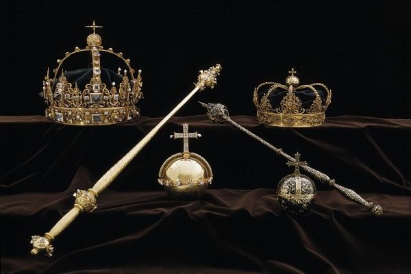 スウェーデン王室の王冠が大聖堂から盗まれる、犯人は現在も逃走中