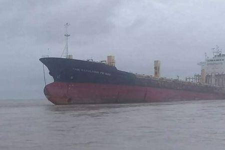 ビルマ沖に幽霊船?船員も貨物もない錆びた船が発見される