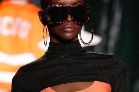 伊のファッションショーで3つの胸をしたモデルが登場、観客もびっくり
