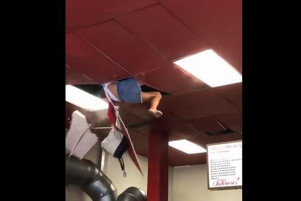 なぜ?米のレストランの天井が突然割れ、女性が床に落下する【動画】