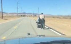 電動車椅子を押し、1マイル先の自宅へ高齢者を送り届けた警官が優しい