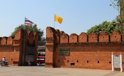 タイの歴史的建造物に落書きをした外国人旅行者、逮捕され10年の刑の可能性も