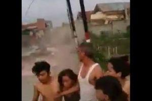 インドネシアの地震で液状化か?逃げる家族の前で建物が次々と崩壊
