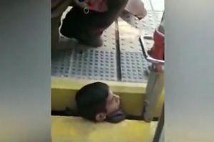 電車とホームの間に首が挟まった男性、消防隊員により無事救助される