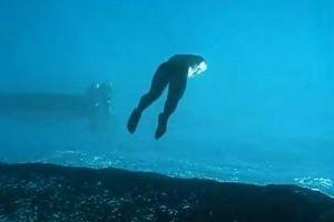 まるで水中が別世界!ダイバーが海を歩いていくような映像がユニーク