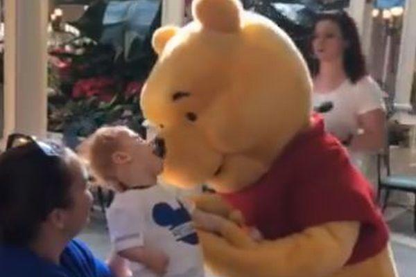 米ディズニーワールドで、脳性麻痺の子供とプーさんの触れ合う動画が暖かい