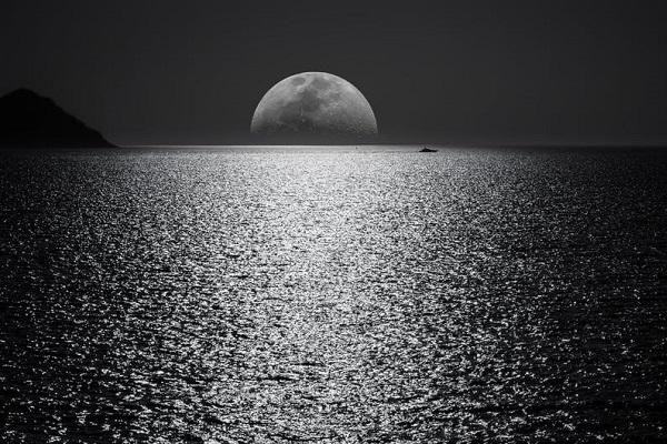 """月は一つだけじゃない?地球の周囲に""""ゴースト・ムーン""""があるのを発見"""
