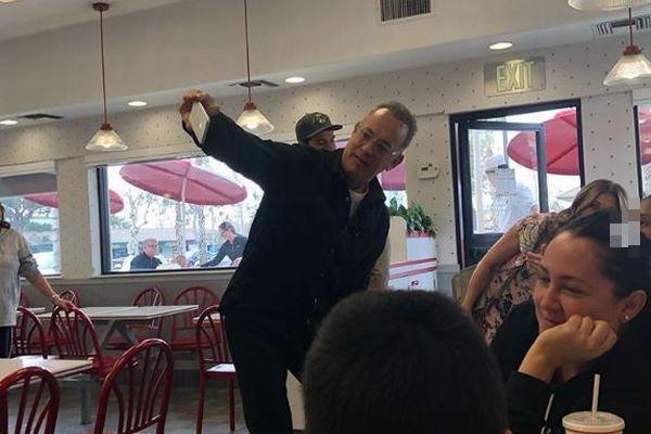 トム・ハンクスがサプライズ!ファーストフード店に突然現れ、皆にランチをご馳走