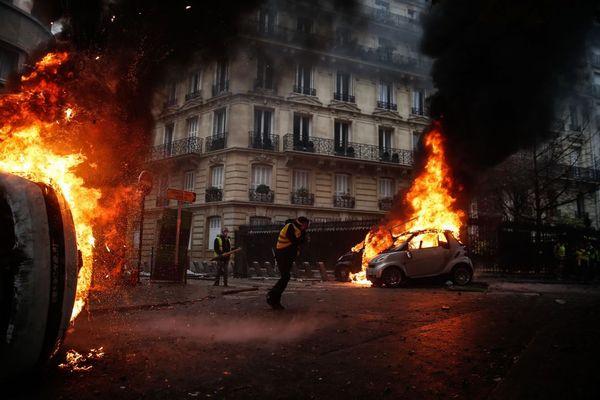 仏で燃料税の引き上げにより大規模デモが発生、通りや施設も大変な状態に【動画】
