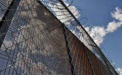 米不法移民の収容施設で8歳の少年が死亡、人権団体は子供を拘留しないよう訴える