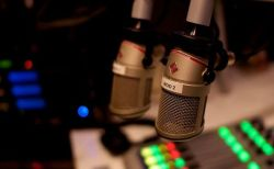 英のラジオ番組のホストが、自殺を試みる男性と会話を続け命を救う