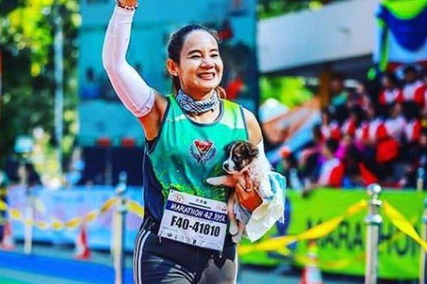 タイでマラソンの参加者が迷子の犬を救助、抱えながら30kmを走りゴール!