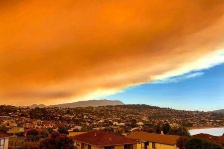 タスマニアで大規模な森林火災が発生、異様な色の煙に街が飲み込まれていく