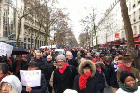 仏の「黄色いベスト運動」での暴力に反対し、「赤いスカーフ」がデモ行進