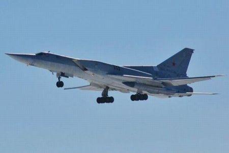 核兵器も搭載できる露の爆撃機が着陸に失敗、真っ二つに折れて爆発炎上