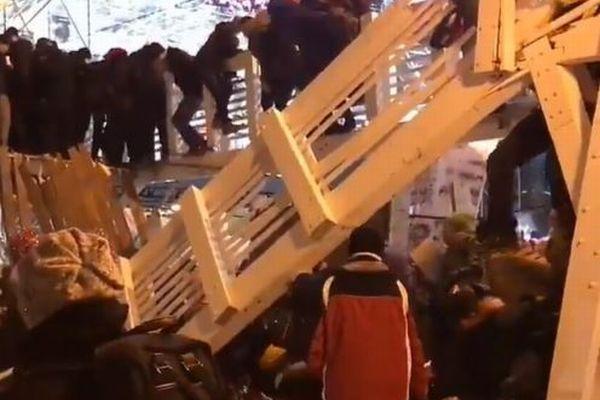 モスクワで歩行者用の橋の一部が崩壊、その瞬間をとらえた動画が恐ろしい