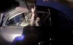 まさに危機一髪!検問中に警察官がドライバーから銃を向けられる動画が恐ろしい