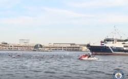 100人の泳ぐ警官たちが、355トンの船を引いて世界記録を樹立