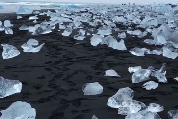 まるでダイヤモンド!アイスランドに打ち上げられるジュエリー・アイスが美しい