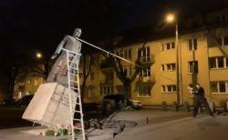 カトリックの性的虐待問題に抗議し、ポーランドにある神父の像が引き倒される