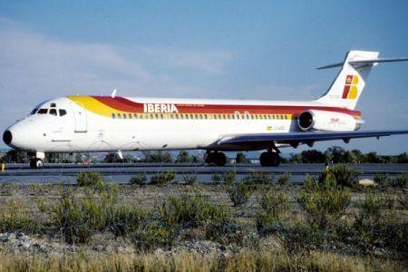 スペインの空港に捨てられたままの飛行機、「ゴーストプレーン」に関係者も困惑