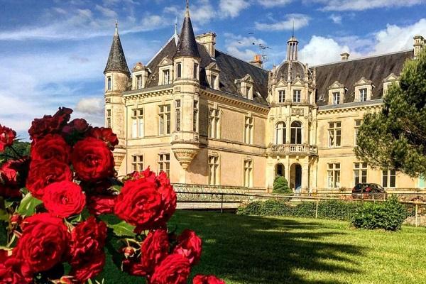 """あるカップルがフランスの""""城""""を宿泊施設として貸し出すため購入、修復作業を進める"""