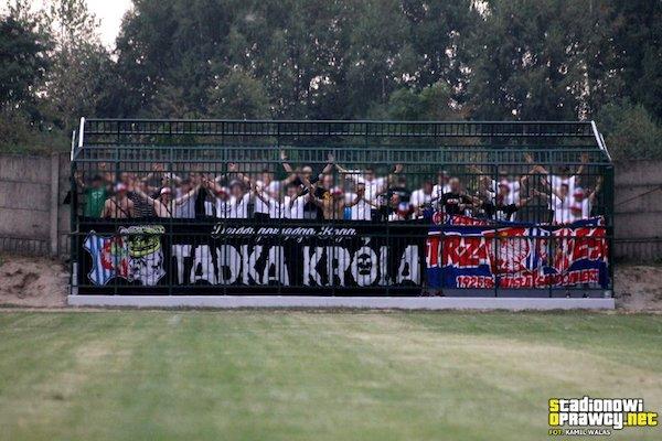 「まるで人間動物園…」檻の中から観戦するサッカーファンの姿が物議に