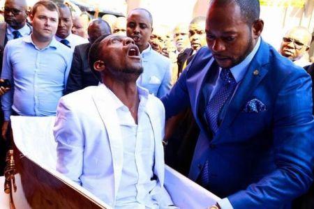 アフリカで「死者」を蘇らせたとされる牧師、葬儀会社から訴えられる