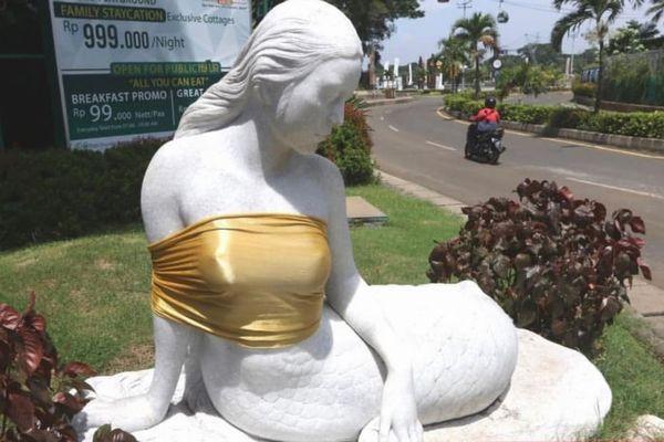 インドネシアのテーマパークで飾られていた人魚像、胸に布が巻かれる