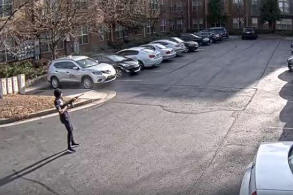 男が2日連続で建物に向け銃を乱射、カメラがとらえた映像がショッキング