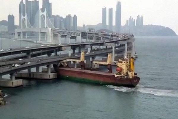 ロシアの貨物船が釜山の高架橋に激突!船長から基準値の3倍のアルコールを検出【動画】