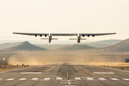 翼の長さが世界最大、超巨大飛行機「Stratolaunch」がついに離陸【動画】