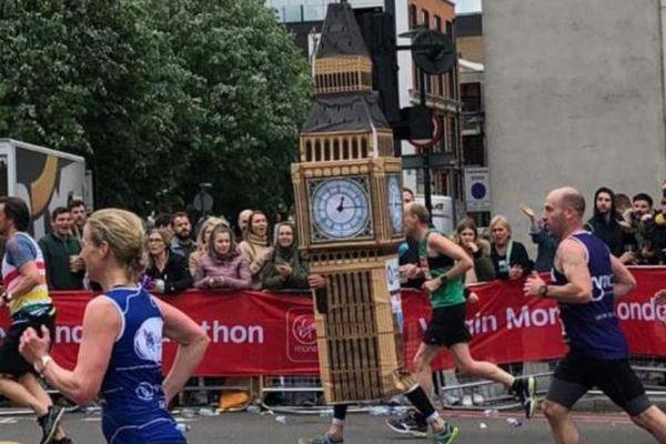 ロンドン・マラソンに「ビッグ・ベン」のランナーが登場、記録を狙うもゴールで問題発生