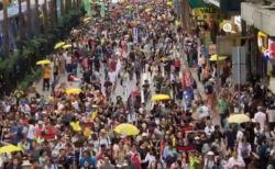 中国へ容疑者を引き渡す法改正に異議を唱え、香港で数万人が大規模デモ