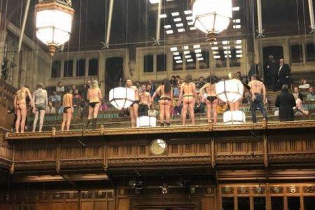 イギリスの議会に突然セミヌードの男女11人が登場、国会議員らもびっくり