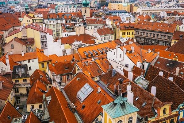 屋根を明るい色に塗ると気温の上昇が抑制される?熱波の際の死者が減る可能性も