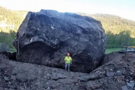 米国で起きた土砂崩れ、山肌を滑り落ちてきた岩が巨大すぎる!