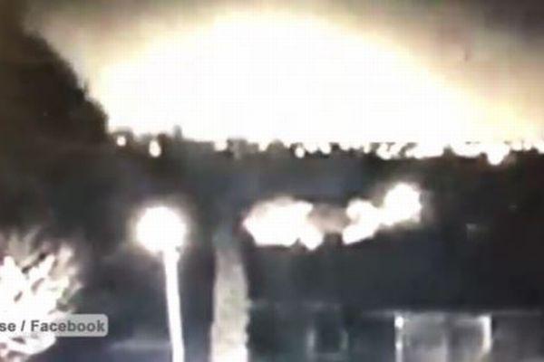 【衝撃映像】豪上空に巨大な火球が出現、都市が消滅したかのような閃光に包まれる